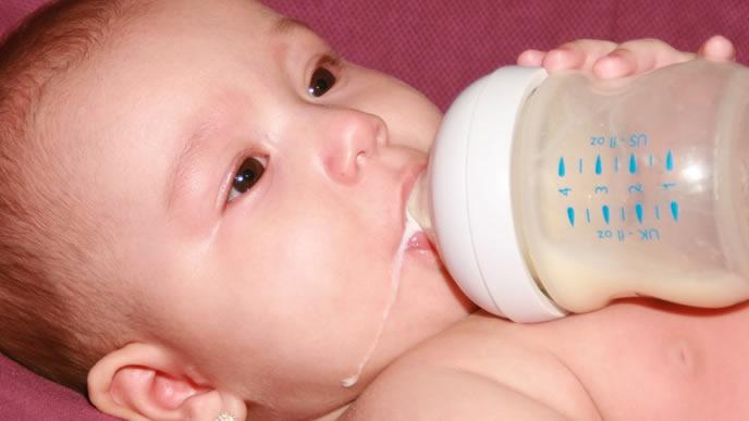 お腹を下す勢いでミルクをガブ飲みする赤ちゃん