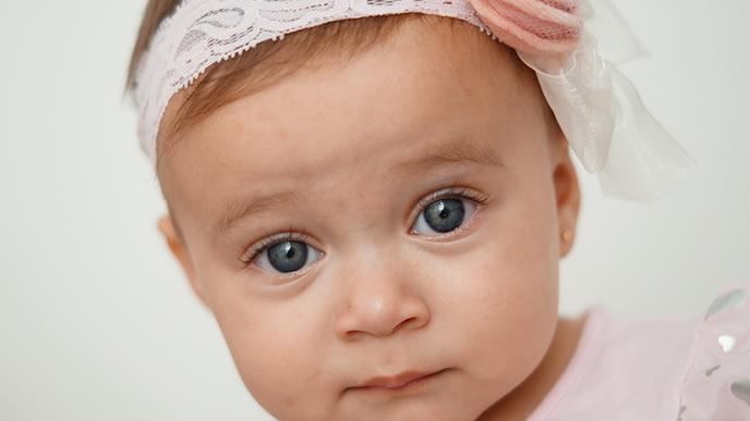 少し緊張ぎみのオシャレな赤ちゃん