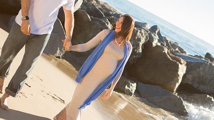 日々のストレスを温泉旅行で癒す妊婦