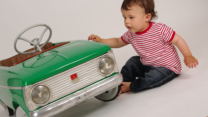 おもちゃの車に対して奇声を発する赤ちゃん