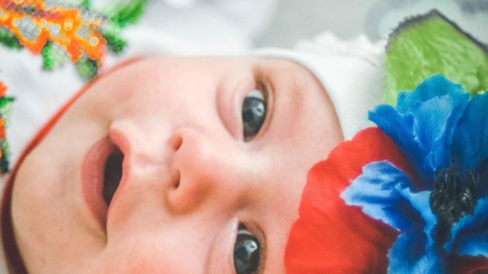 笑顔でこちらを見つめる愛嬌たっぷりの赤ちゃん