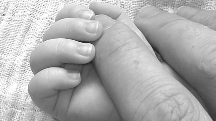 生後3ヶ月の赤ちゃんの小さい手