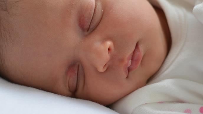 首を横に向けてすやすや眠る赤ちゃん