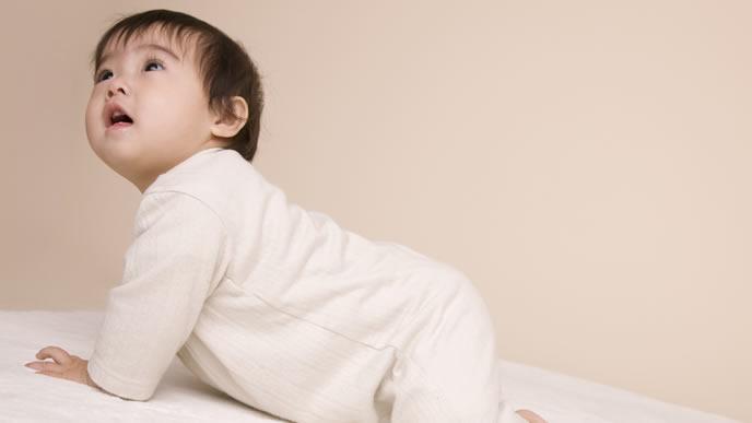 ママの呼びかけに応える生後8ヶ月の赤ちゃん