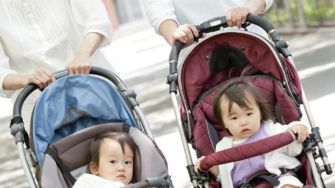 夜泣き対策で散歩に連れて行かれる2人の赤ちゃん