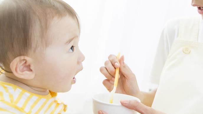 積極的に離乳食を口にする赤ちゃん