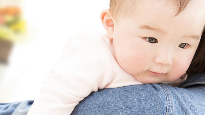 手に湿疹が出た赤ちゃんを病院に連れて行くママ