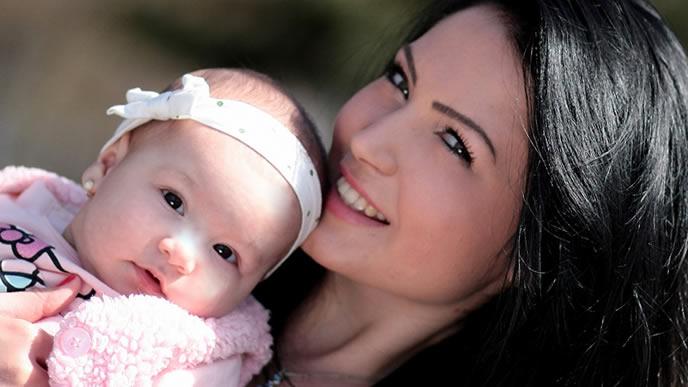 乳児保育に理解を得て喜ぶ母親