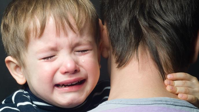 パパに抱えられると直ぐにギャン泣きする男の子