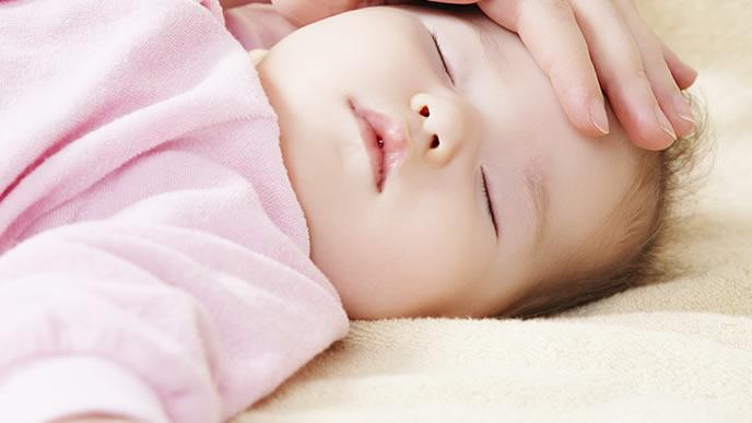 赤ちゃんが待機児童にならないために頑張る母親の手