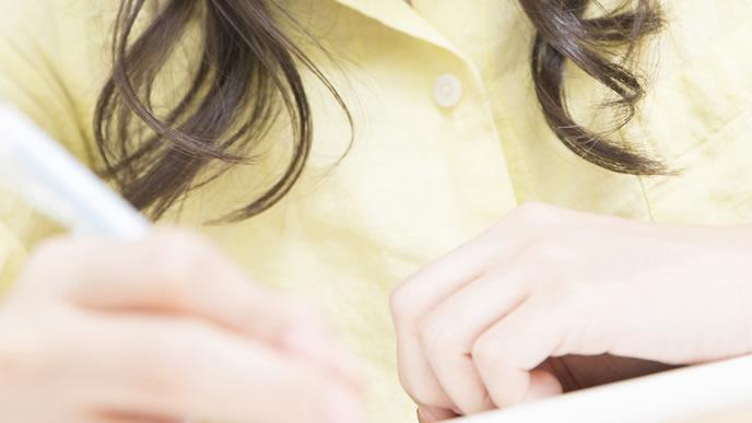 子育ての合間に資格の勉強をする女性