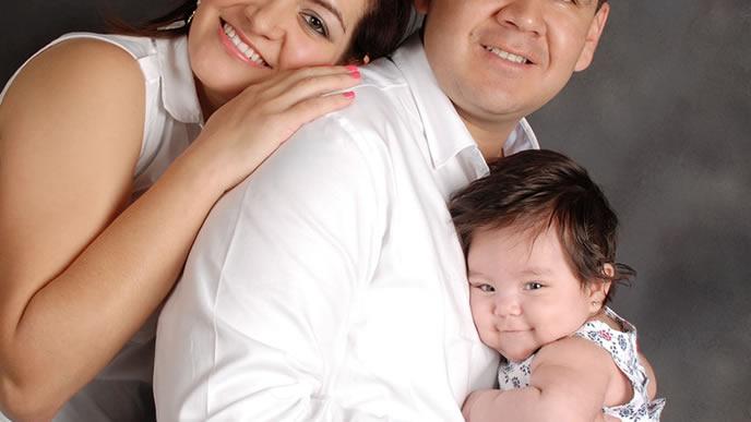 赤ちゃんのための出産手続きを終えた家族