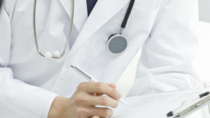 妊娠高血圧症の診察をする医師