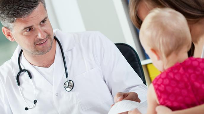 咳が止まら小児科で診察を受ける赤ちゃん