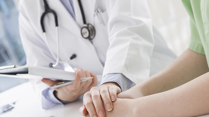 医師と出生前診断について話し会う妊婦