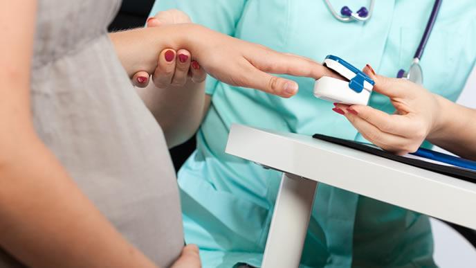 妊婦の検査をする産婦人科医