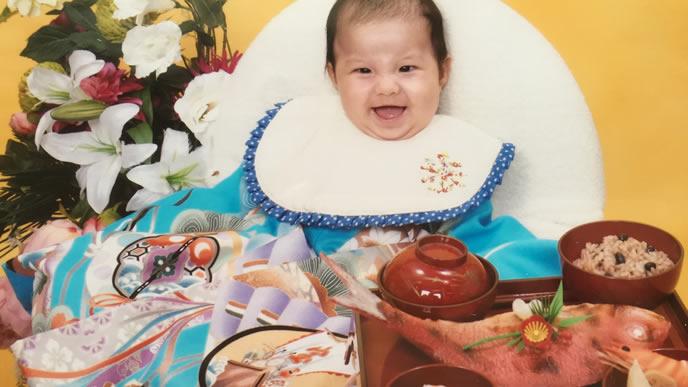 笑顔でお食い初めを迎えた赤ちゃん