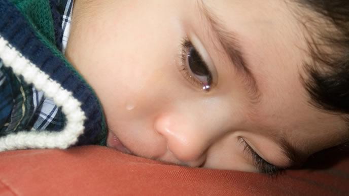 機嫌が悪くどうしても泣き止まない黄昏泣き中の赤ちゃん