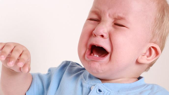 原因不明の黄昏泣きをする海外の赤ちゃん