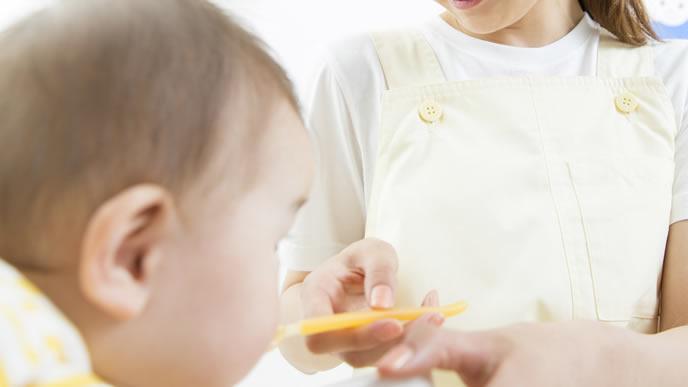 離乳食をむしゃむしゃ食べるお利口な赤ちゃん