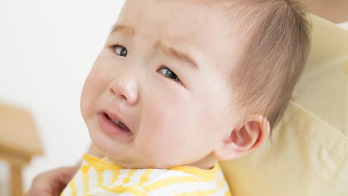 鼻水を垂らしながら夜泣きをする赤ちゃん