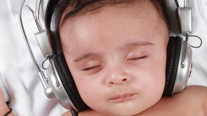 ヘッドフォンで聴力検査する赤ちゃん