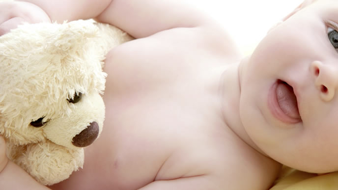 先天性難聴の赤ちゃんと見守る動物のぬいぐるみ