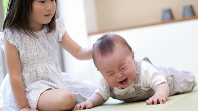 うつ伏せで泣いている口内炎の赤ちゃん
