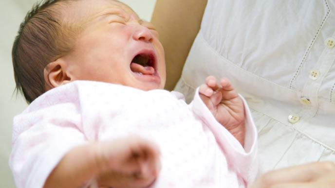 口内炎が辛くてママに抱っこされる赤ちゃん