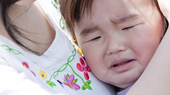 赤ちゃんが熱がでる口内炎で病院に受診に向かうママ