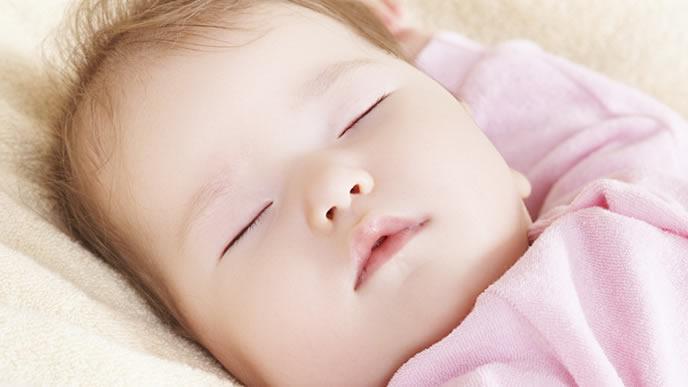 お七夜でスヤスヤ寝る赤ちゃん