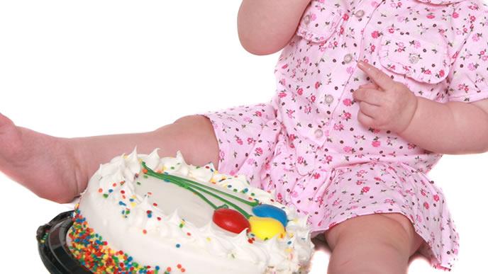 1歳のバースデーケーキを見つけつまみ食いする赤ちゃん
