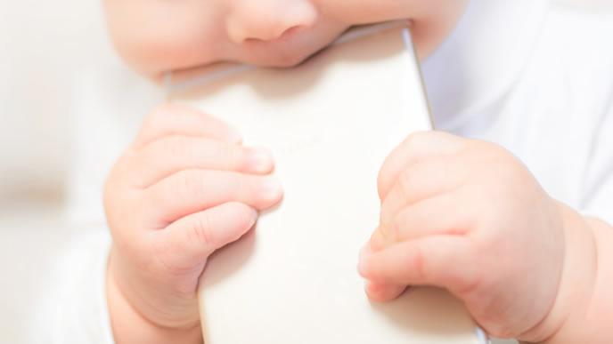 泣き止みアプリより噛むことに夢中の赤ちゃん
