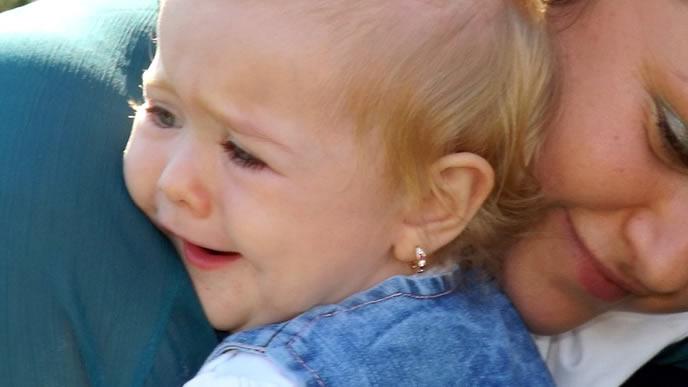 いきなり不安になり泣いた赤ちゃんをあやすママ