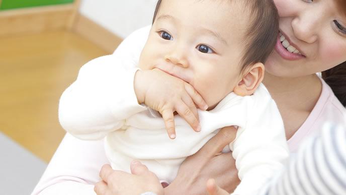 手を噛むのがクセになっている9ヶ月の赤ちゃん
