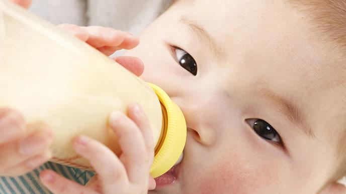 ゴクゴクミルクを飲む元気な赤ちゃん