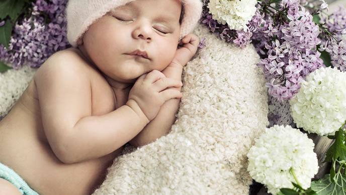 ふわふわの毛布で寝る赤ちゃんの可愛い横寝姿