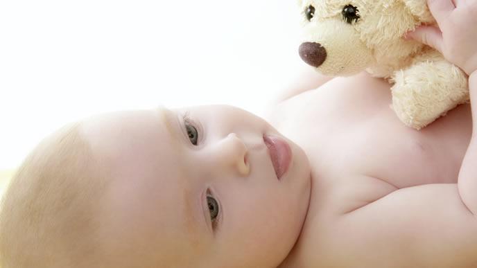 お気に入りのぬいぐるみを抱っこしてニヤける赤ちゃん
