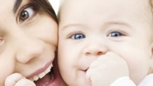 新生児微笑とは?社会的微笑の時期や笑顔と自閉症の関係