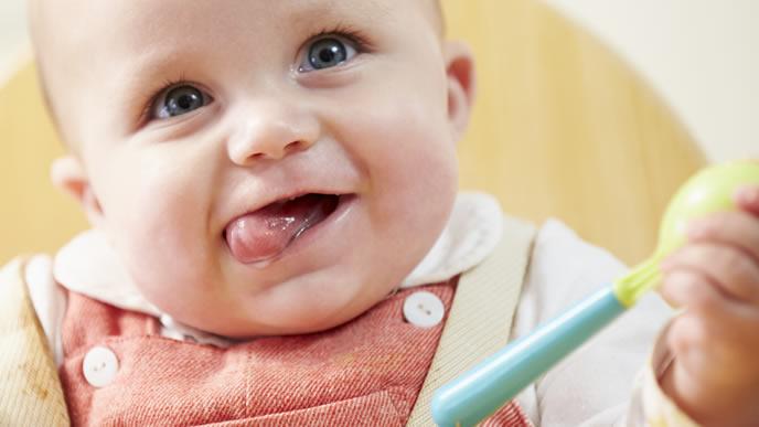 離乳食を嬉しそうに食べる赤ちゃん