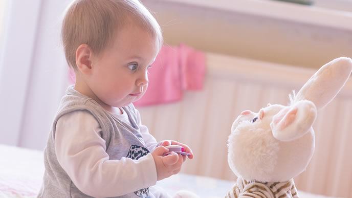 ぬいぐるみのウサギさんと会話する赤ちゃん