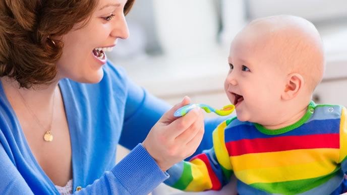 離乳症に喜ぶ赤ちゃんとママ