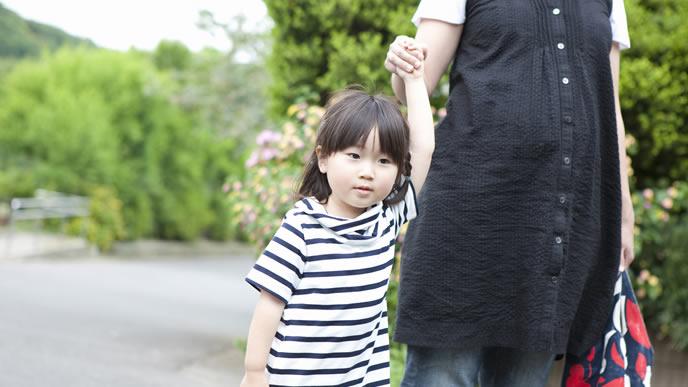 女の子と散歩にいく2人目を妊娠しているママ