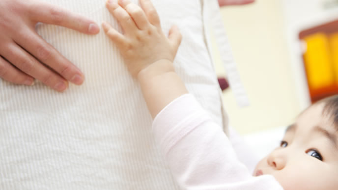 ママのお腹の中の胎動を感じる赤ちゃん