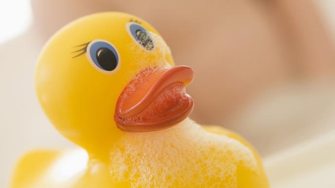 突発性発疹の子がお風呂に入る時の注意点を教えてくれるアヒル