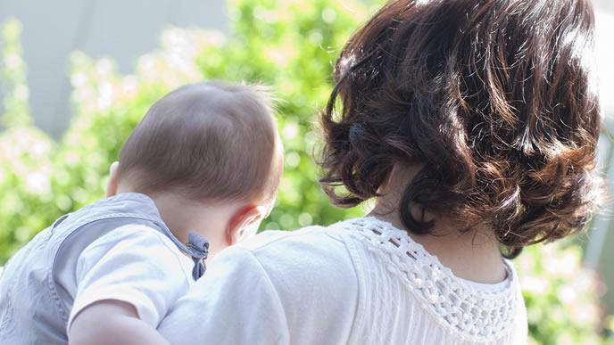 突発性発疹が治り外におでかけする赤ちゃんとママ