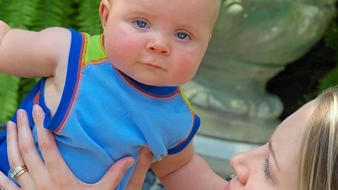 すっかり熱が下がり一点を見つめる赤ちゃん