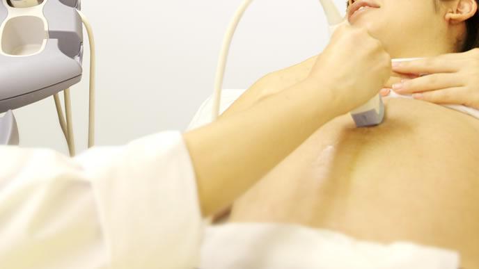 臨月に入り体の変化を医師と相談する妊婦さん