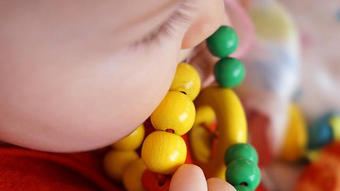 おもちゃで遊ぶ突発性発疹の赤ちゃん