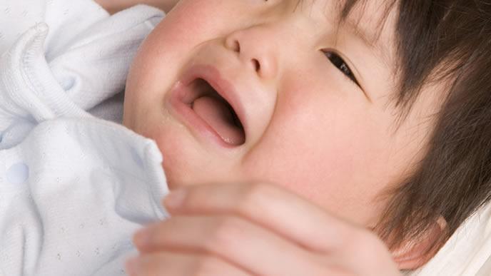突発性発疹と違う症状が見え始め泣く赤ちゃん